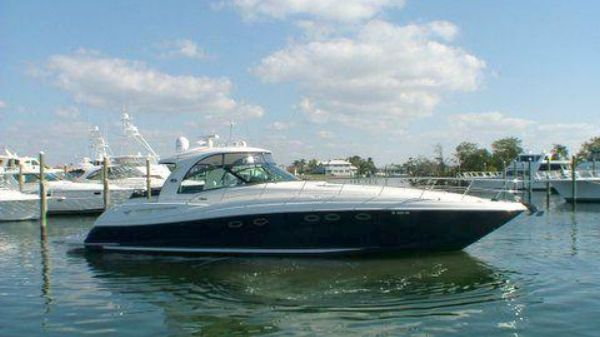 Sea Ray Sundancer in freshwater In water view