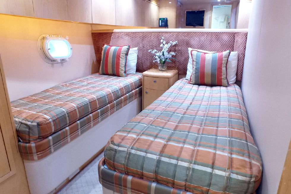 2006 Hatteras Enclosed Bridge - Guest Stateroom