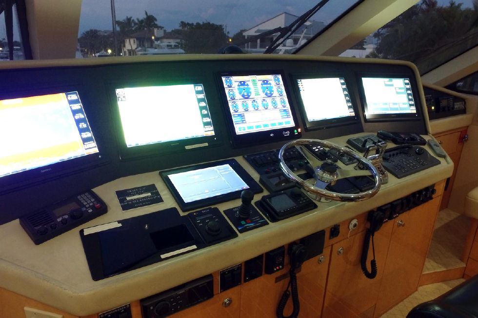 2006 Hatteras Enclosed Bridge - Flybridge Helm
