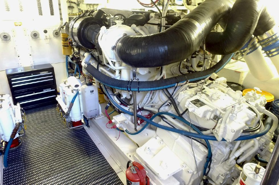 2006 Hatteras Enclosed Bridge - Engine Room
