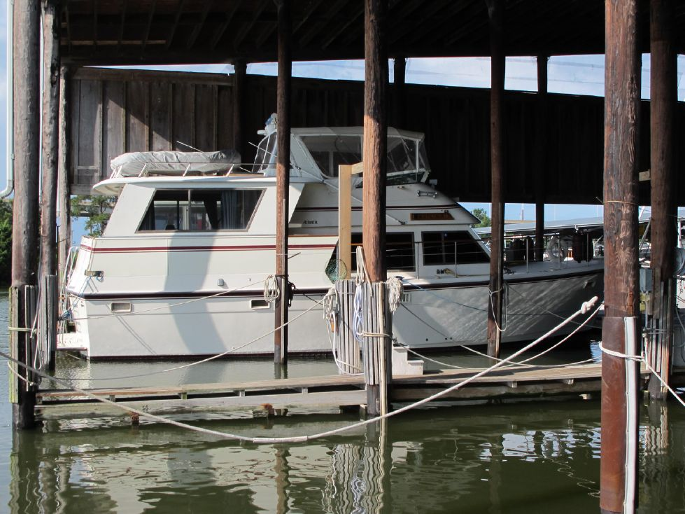 1985 Atlantic Motoryacht - Covered shed storage