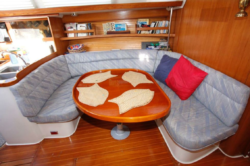 1991 Catalina 42 Two cabin - Dinette