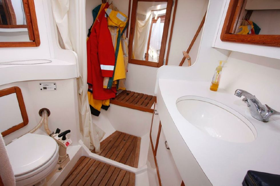 1991 Catalina 42 Two cabin - Forward Head with shower