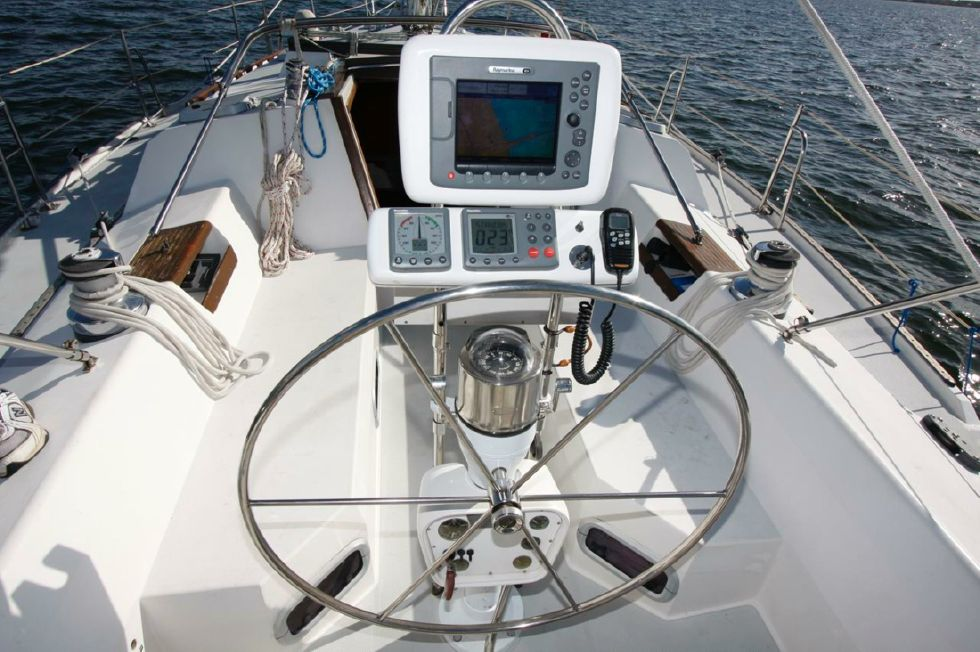 1991 Catalina 42 Two cabin - Helm Station w/Raymarine e80 Chartplotter