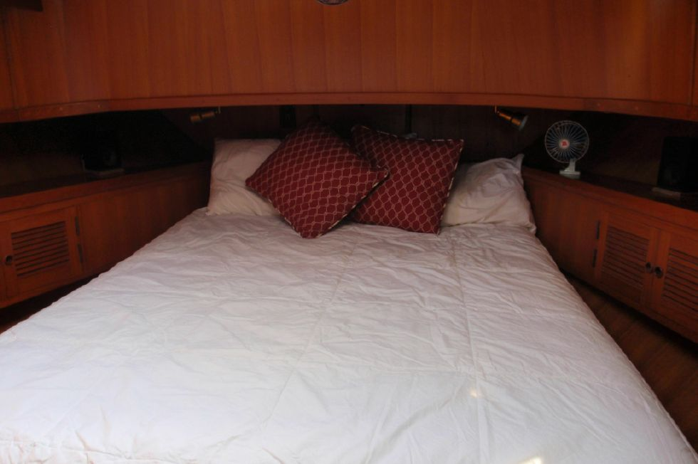 1986 Marine Trader Sedan - Queen bed in master state room