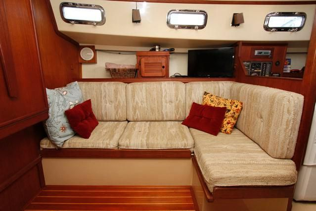 1988 Island Packet 31 Cutter - Island Packet 31 Starboard Settee