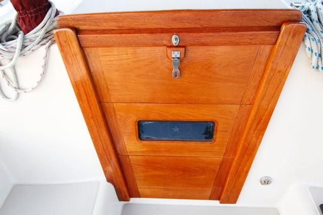 1988 Island Packet 31 Cutter - Island Packet 31 Companionway