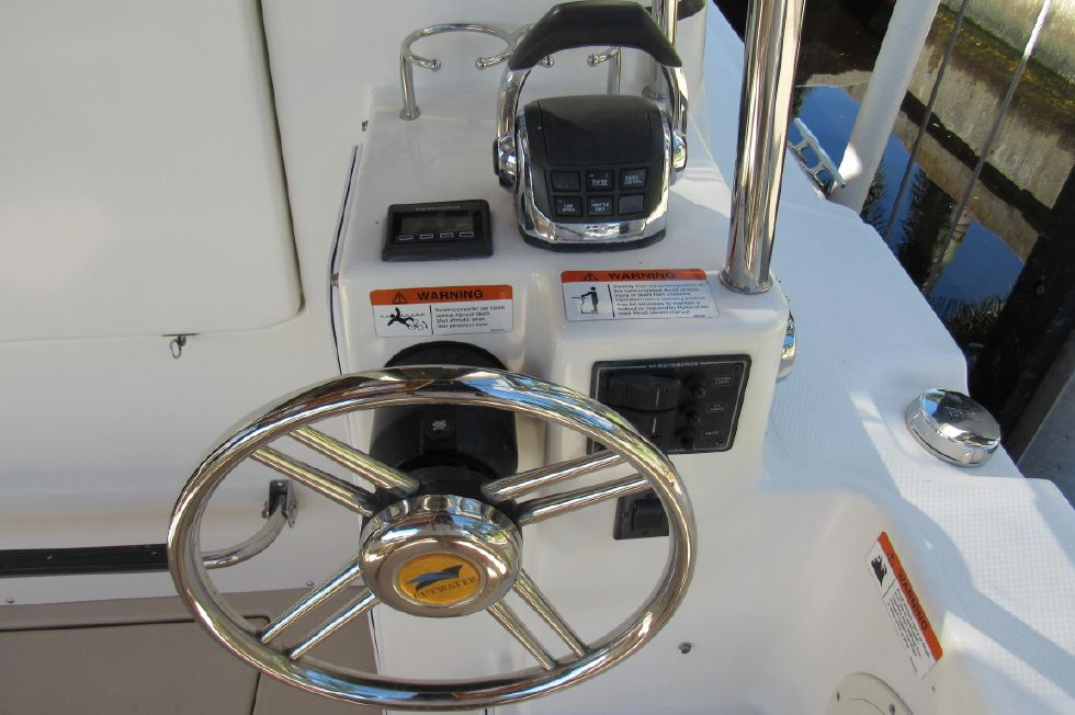 Easy Docking w/ Bow and Stern Thruster Remote
