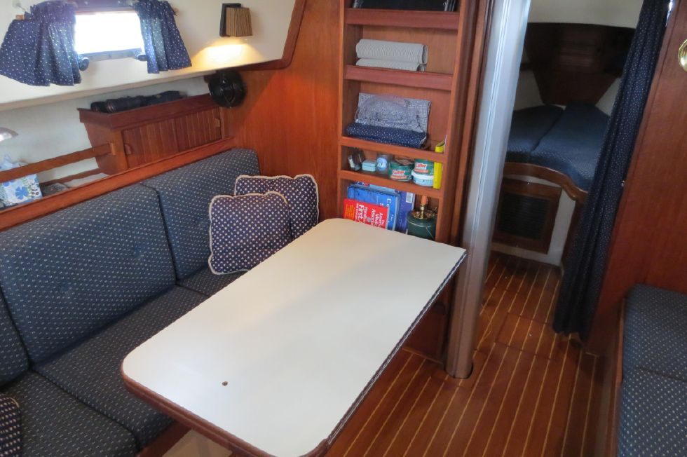 1996 Island Packet 29 Cutter - Dinete Table