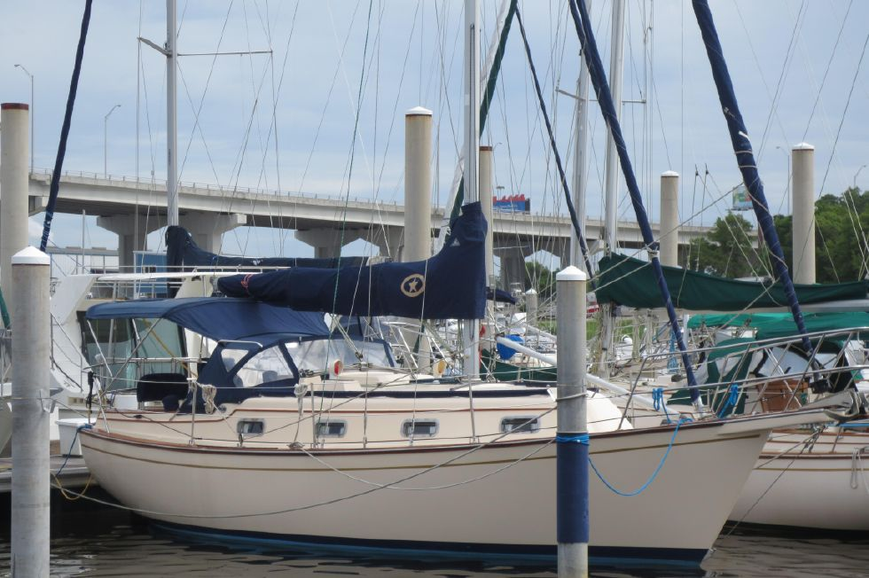 1996 Island Packet 29 Cutter - Starboard Bow