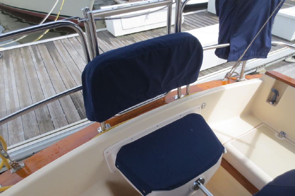 1996 Island Packet 29 Cutter - Helm seat