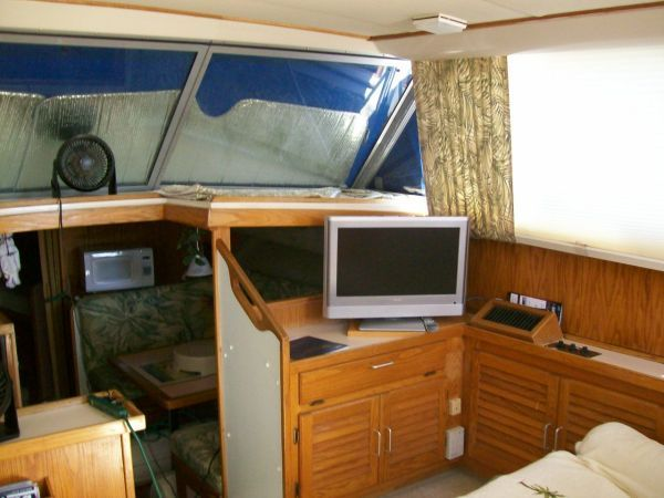 1986 Silverton Aft Cabin OWNER MOTIVATED!! - Salon Fwd STBD w/ Flat Screen