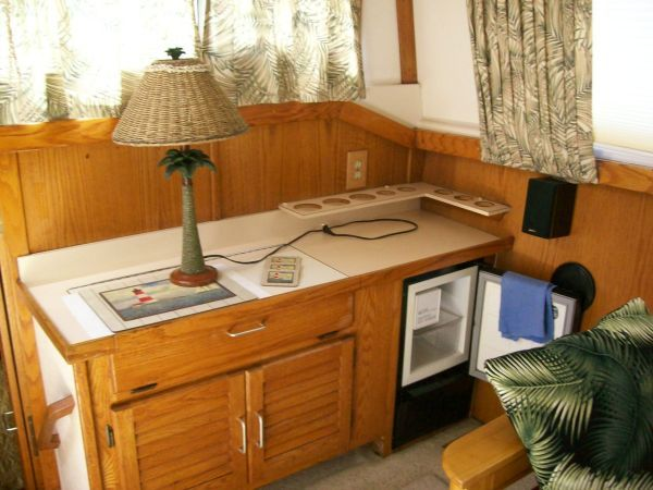 1986 Silverton Aft Cabin OWNER MOTIVATED!! - Salon aft w/ Ice maker