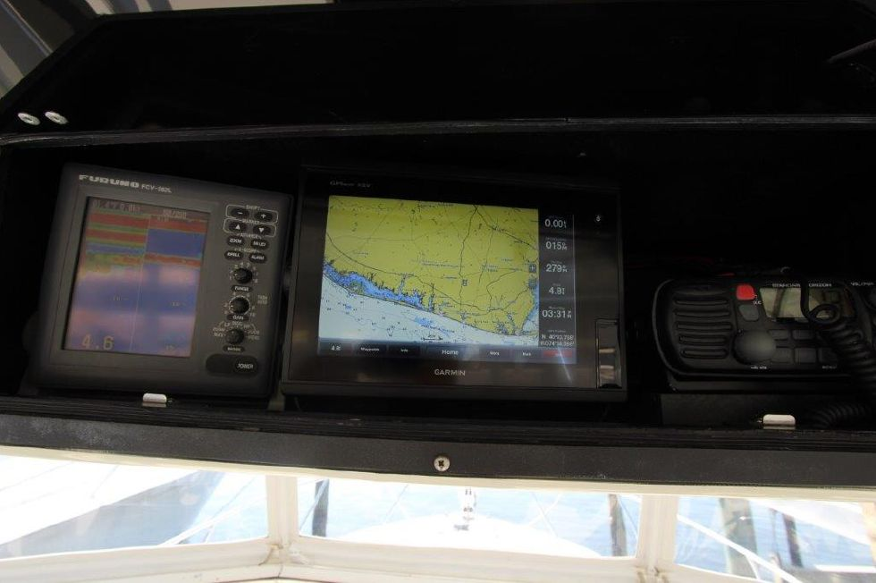 2002 Carolina Classic 28 - Helm / Electronics & Navigation 2 - Radio Box