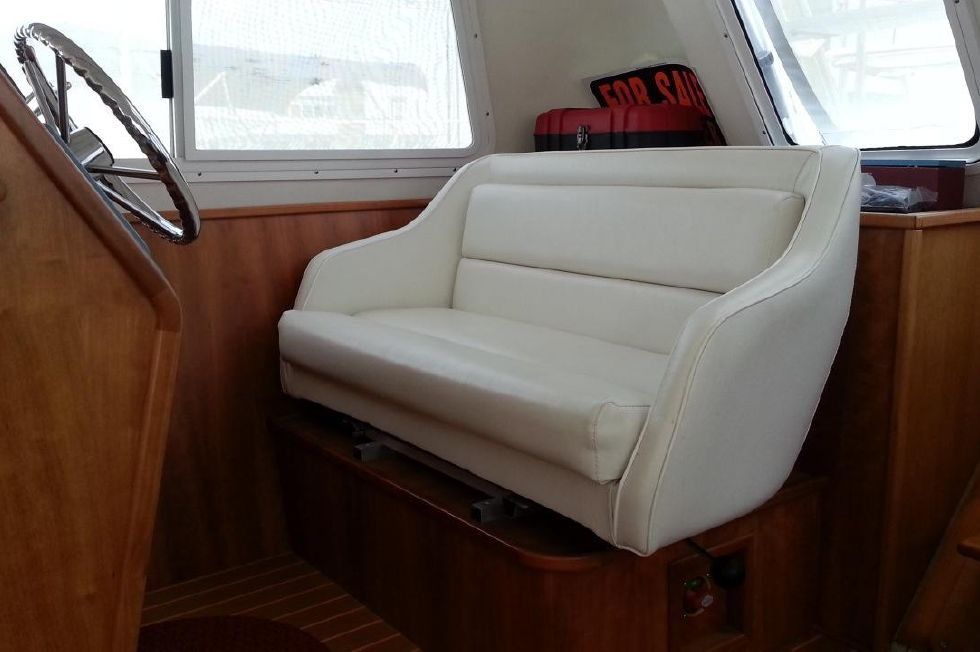 2005 PDQ 34 Power Catamaran - PDQ 34 lower helm seat