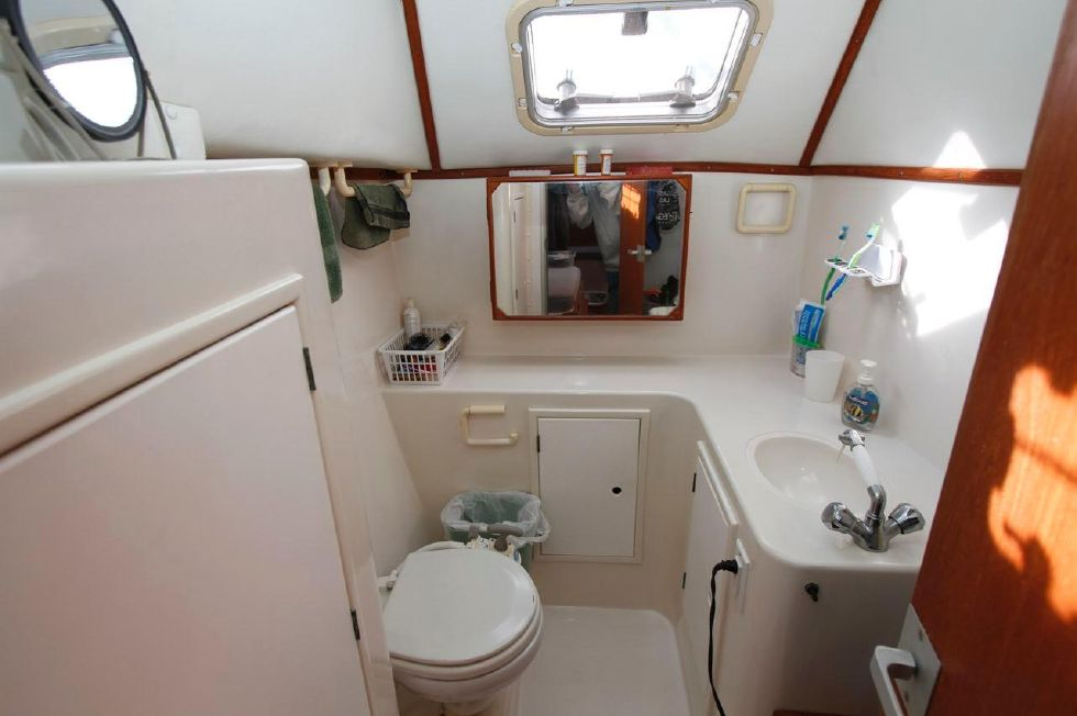 1993 PDQ Capella - PDQ 36 Head in Aft Starboard Hull