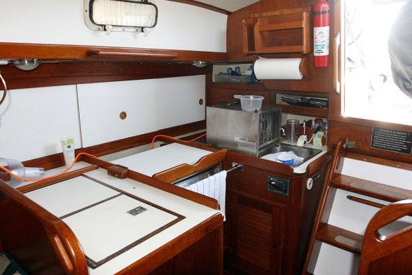 1977 Tartan Centerboard sloop - Fully functional Galley