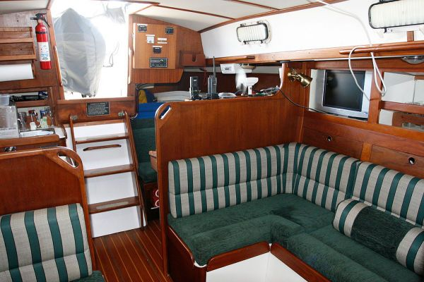 1977 Tartan Centerboard sloop - L shaped salon