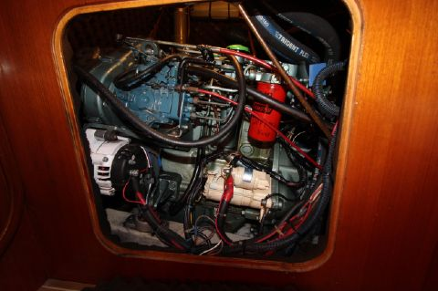 1993 Beneteau Oceanis - Engine compartment side view