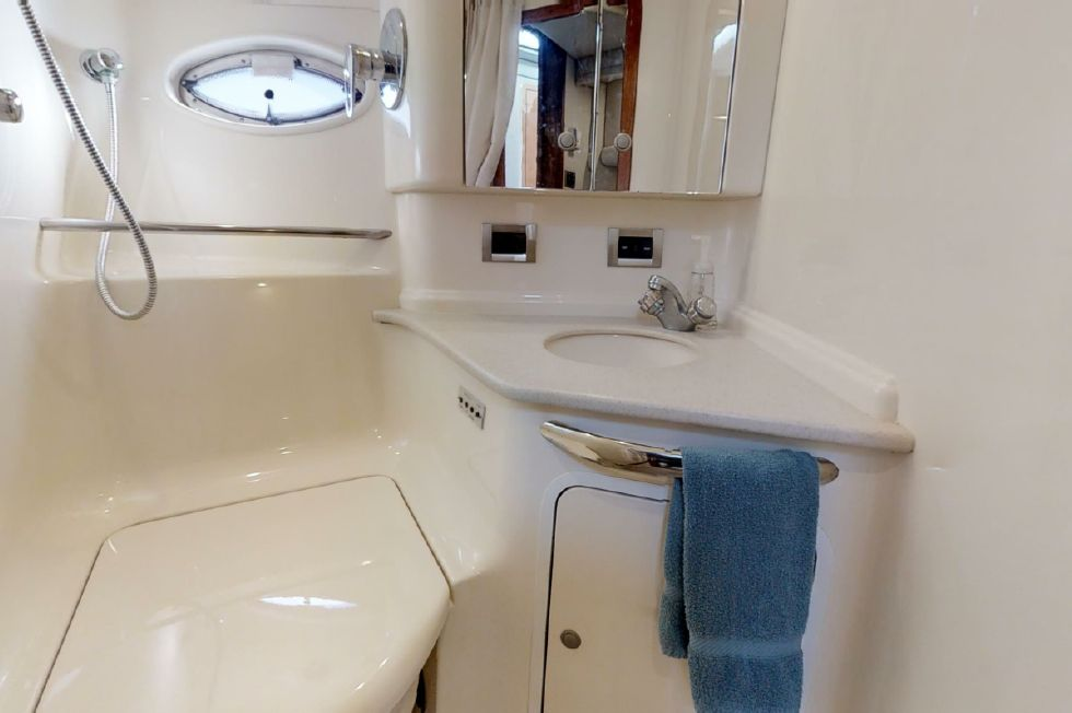 2000 Sea Ray 460 Sundancer - Day/Guest Stateroom Head