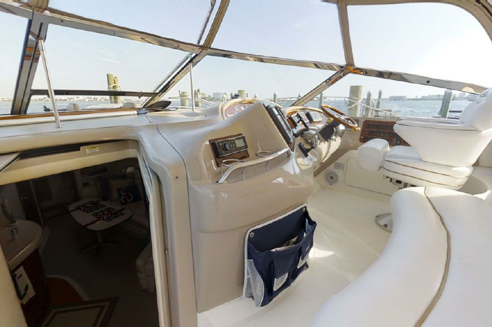 2000 Sea Ray 460 Sundancer - Helm area