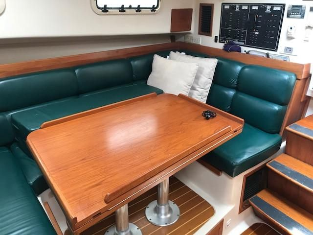 Mainship 34 Pilot salon U-shaped settee