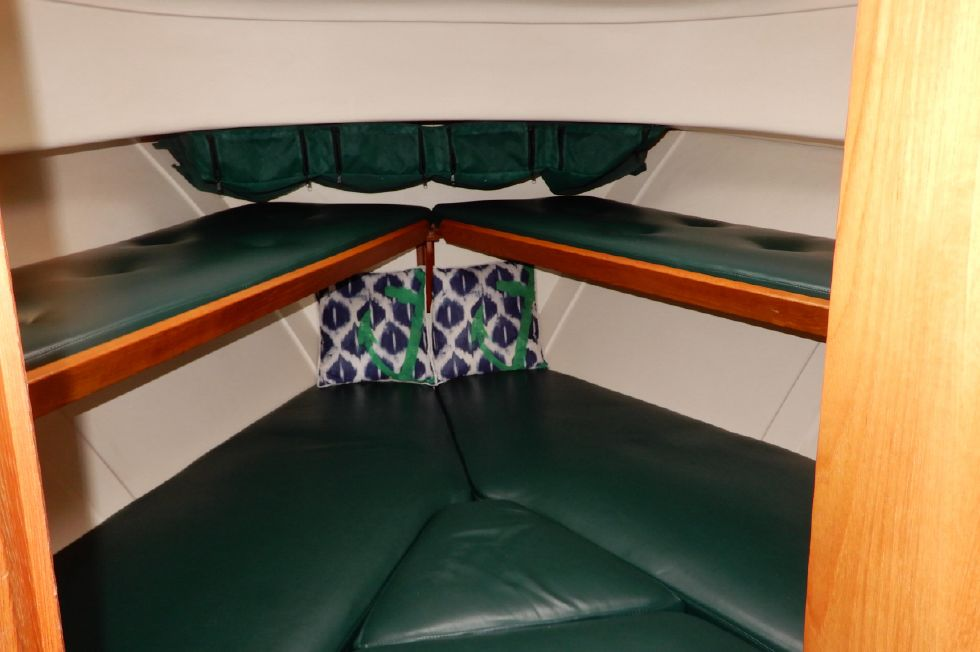 Mainship 34 Pilot master v-berth and fold-down bunks