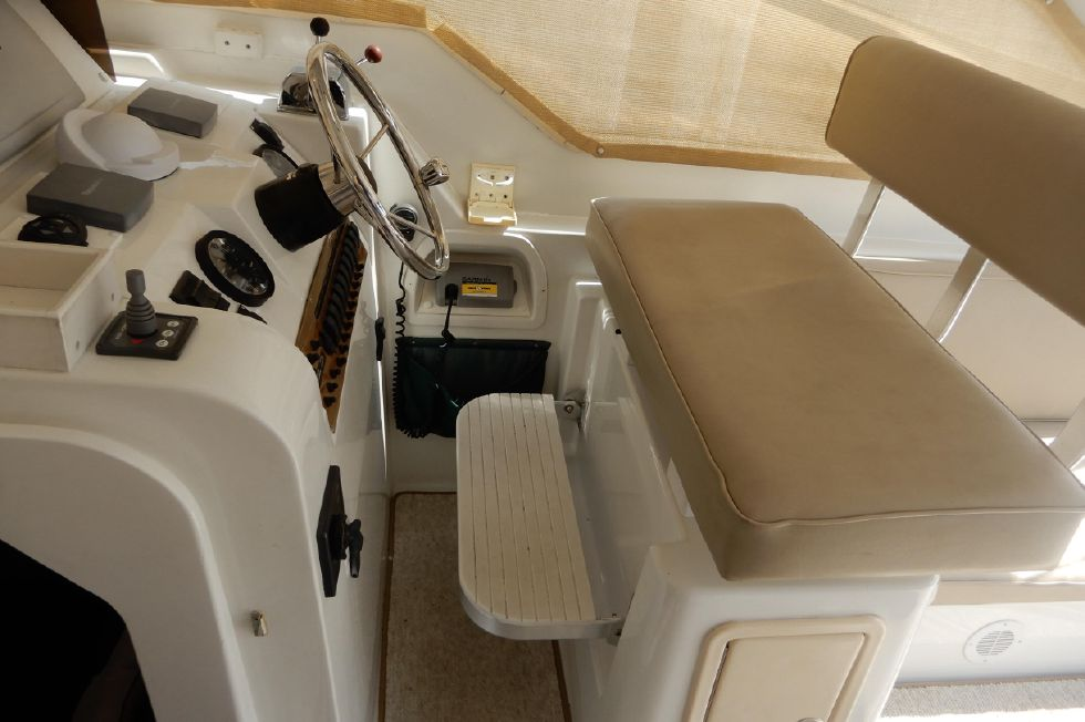 Mainship 34 Pilot helm with footrest