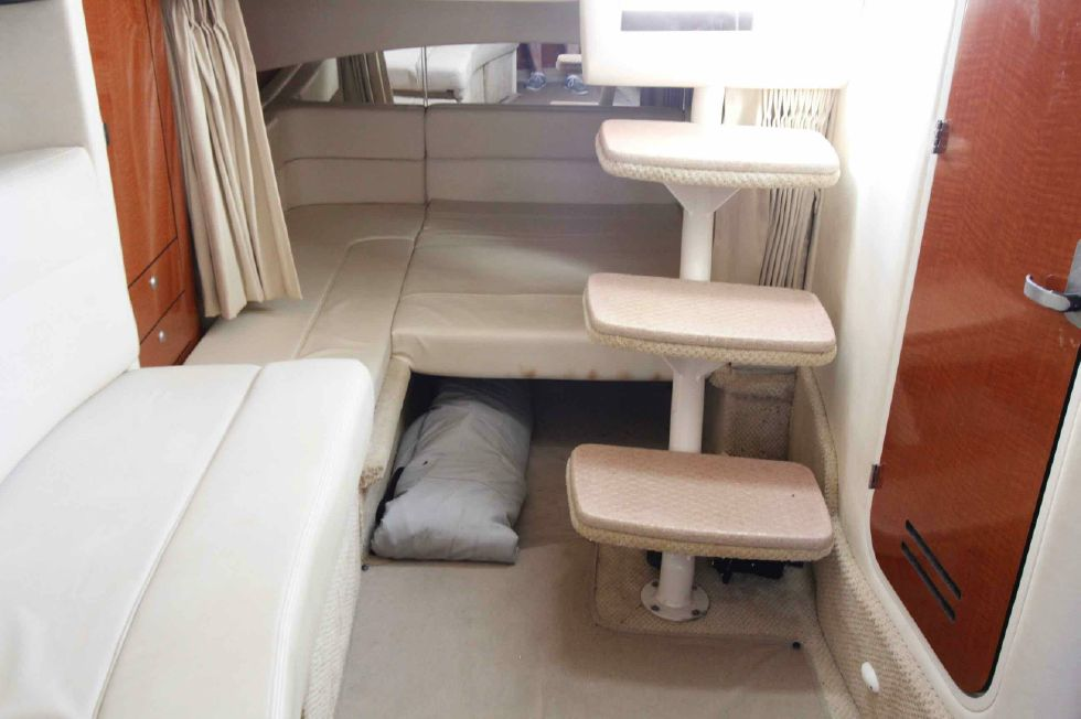 Sea Ray 300 Sundancer Companionway