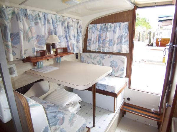 1972 Bertram Flybridge Cruiser - Settee