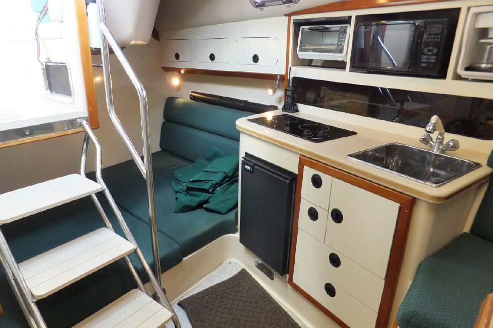 Albin 31 TE Galley / Berth