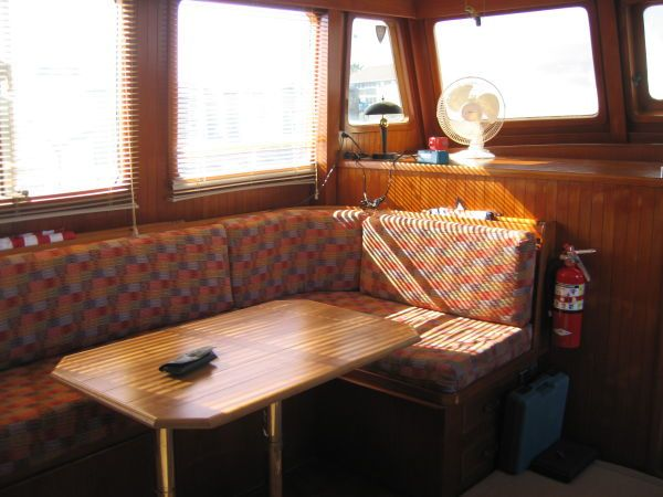 1984 Marine Trader 44' Three Stateroom Sundeck - Salon