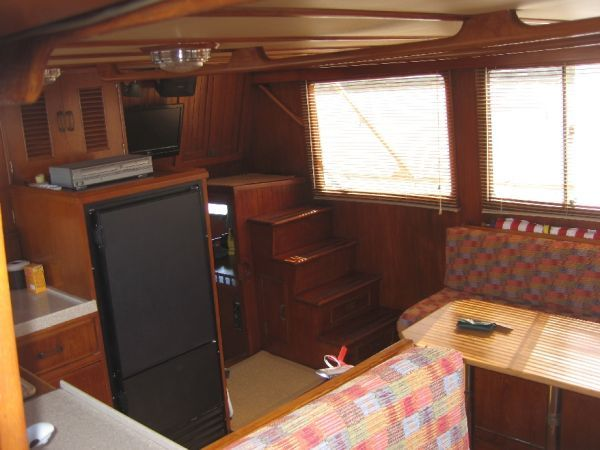 1984 Marine Trader 44' Three Stateroom Sundeck - Salon 2