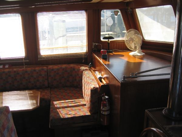 1984 Marine Trader 44' Three Stateroom Sundeck - Salon 3