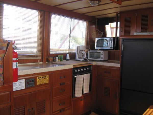 1984 Marine Trader 44' Three Stateroom Sundeck - Salon 5