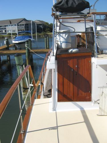 1984 Marine Trader 44' Three Stateroom Sundeck - Companionway to salon