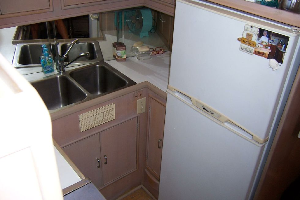 1989 CHB Seamaster Sundeck - 48 Chung Hwa Galley Fridge