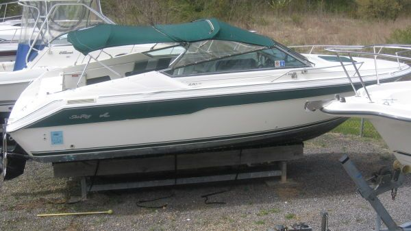Sea Ray 220 Cuddy Photo 1