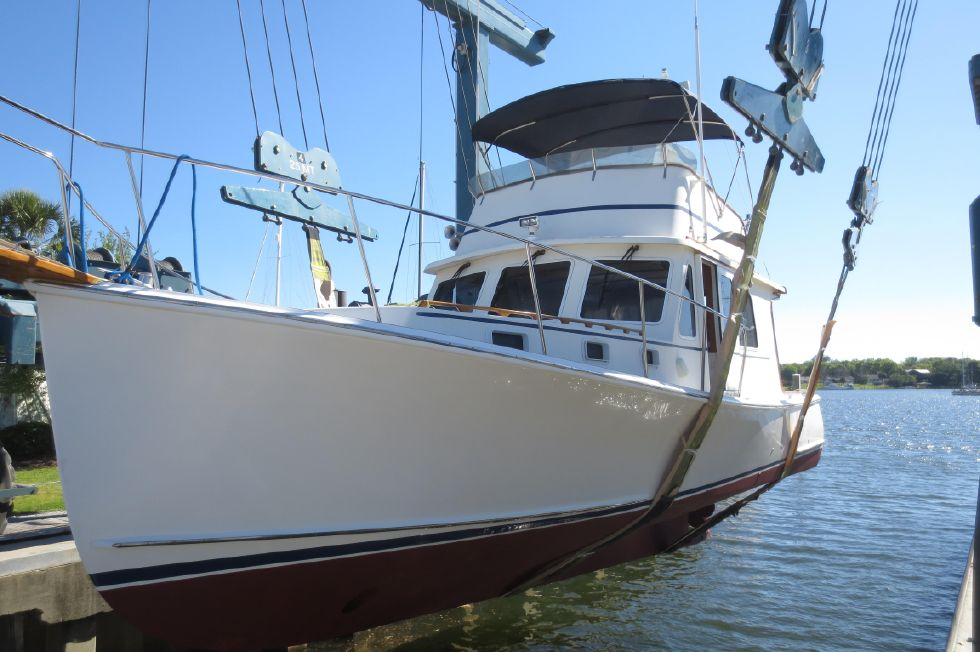 2004 Duffy 37 Flybridge Cruiser - Launching