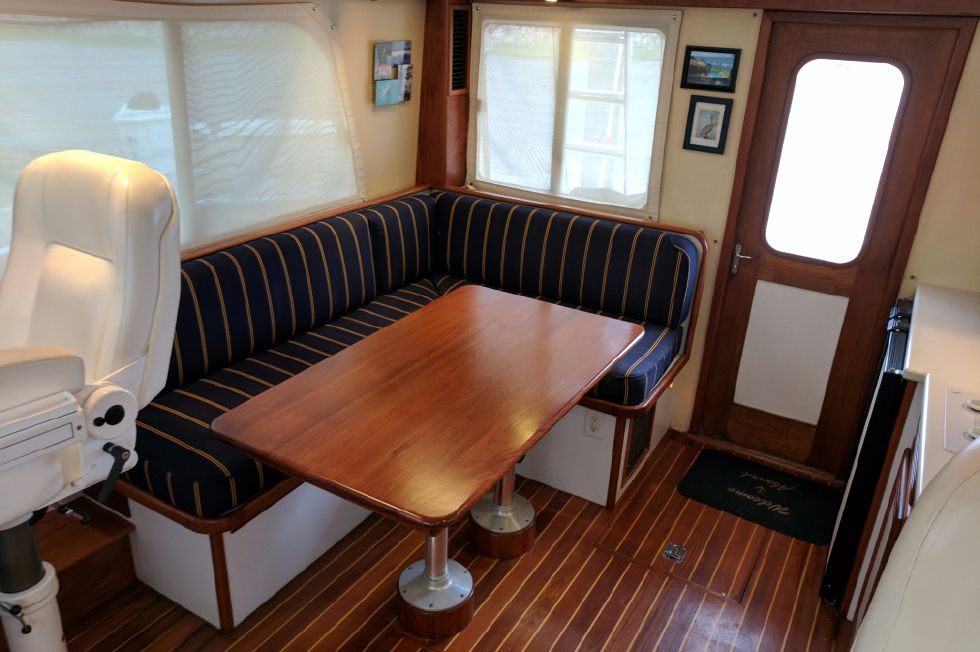 2004 Duffy 37 Flybridge Cruiser - Dinette