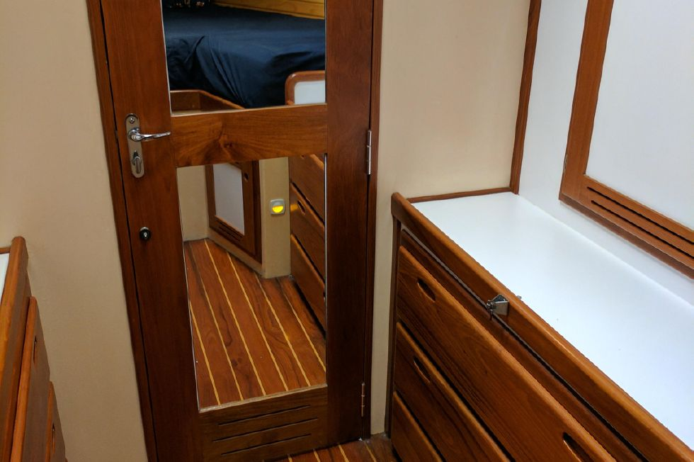 2004 Duffy 37 Flybridge Cruiser - Mirrored door