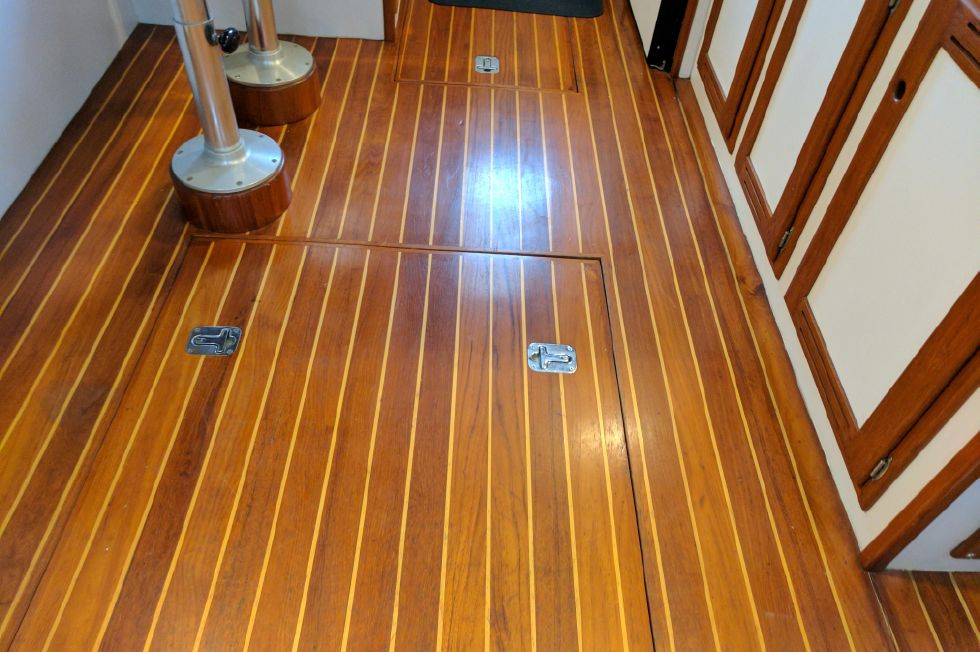 2004 Duffy 37 Flybridge Cruiser - Cabin Sole