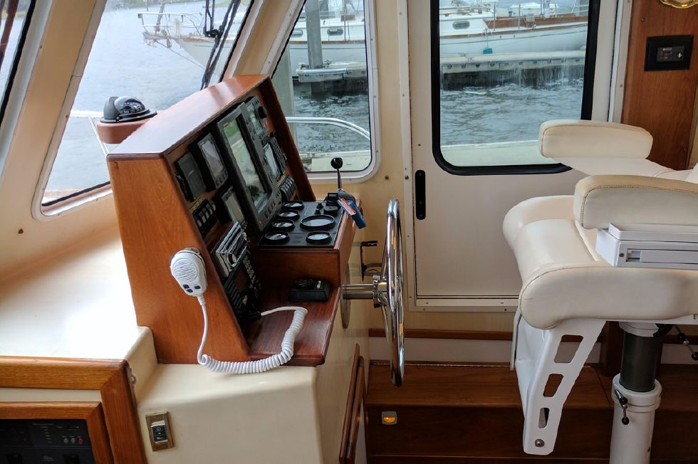 2004 Duffy 37 Flybridge Cruiser - Helm