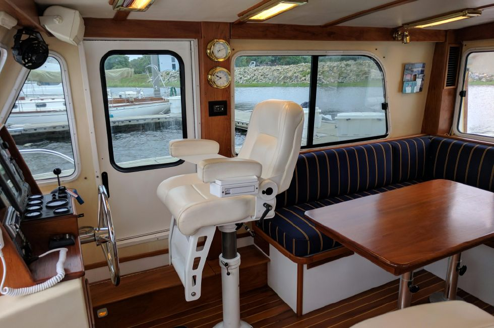 2004 Duffy 37 Flybridge Cruiser - Salon Starboard