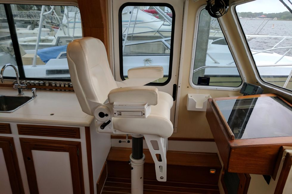 2004 Duffy 37 Flybridge Cruiser - Port Stidd Chair