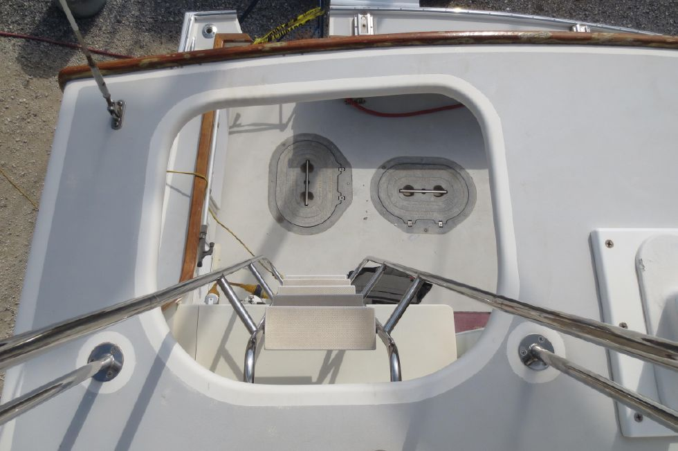 2004 Duffy 37 Flybridge Cruiser - Looking down from flybridge