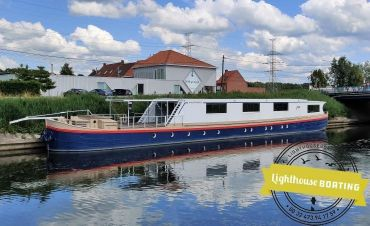 1961 Houseboat spits 40m