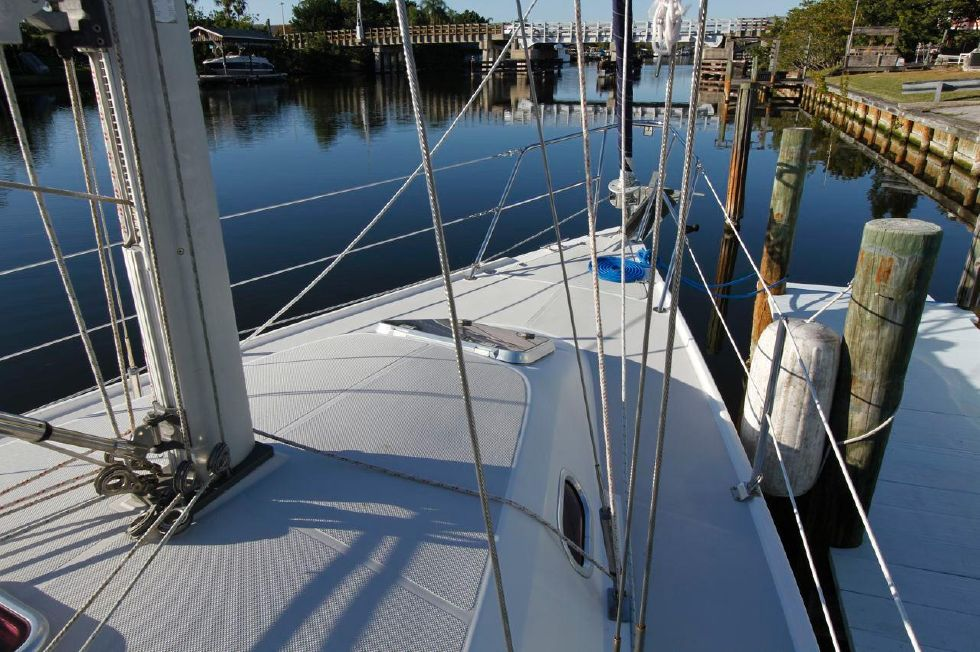 31 Catalina 310 Forward Deck