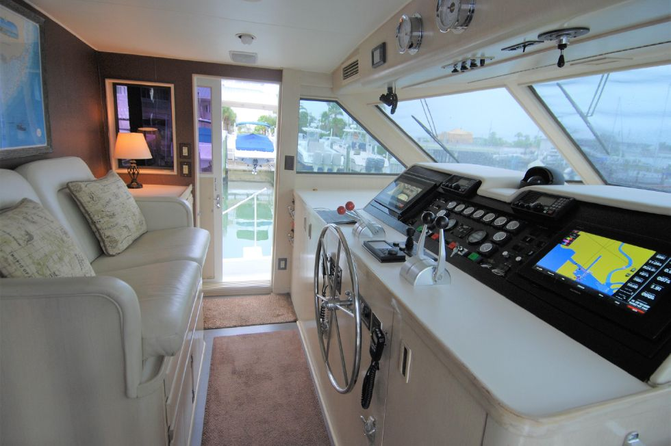 1992 Hatteras Cockpit Motoryacht - Lower Helm