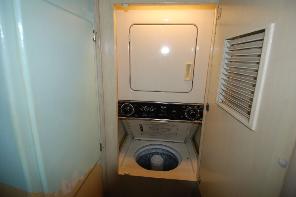 1992 Hatteras Cockpit Motoryacht - Washer Dryer